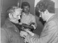 Вручается медаль к 50-летию Великой Победы